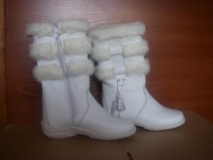 Сапоги     женские,с замком,на литой подошве,голенище -   белый мех 3 полоски,союзка - кожа КРС,внутри - овчина. Размер 37 - 41 Оптовая цена 1900 рублей