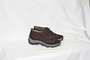 Зимние кроссовки  на литой подошве,обувной велюр,внутри - овчина Размер 41 - 45 Розничная  цена 1900 рубле