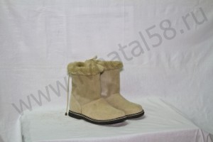 Угги  женские , на  микропоре, голенище -  бежевая меховая опушка, союзка -  бежевый обувной велюр, внутри - овчина. Размер 36-42 Оптовая цена  1 800 рублей