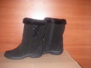 Сапоги     женские,с замком,на литой подошве,голенище -  черный мех,союзка -  обувной велюр,внутри - овчина. Размер 37 - 41 Оптовая цена 1900  рублей