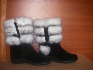 Сапоги   женские,с замком,на литой подошве,голенище -   белый мех 3 полоски,союзка - обувной велюр,внутри - овчина. Размер 37 - 41 Оптовая цена 1700 рублей