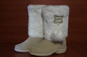 Унты женские   литье, голенище -белый мех, союзка –   бежевый обувной велюр, внутри - овчина. Размер 36 - 42 Оптовая цена 1 400 рублей