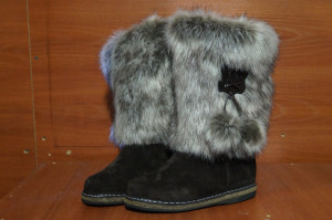 Унты женские на войлоке, голенище - корея, союзка - коричневый обувной велюр,внутри  - овчина. Размер  35 - 42. оптовая цена 1500 рублей