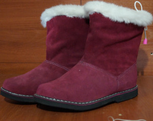 Угги женские ,микропора, голенище - малиновый обувной спилок-велюр, с белой опушкой, союзка – малиновый обувной велюр, внутри - овчина. Размер 36 - 42 Оптовая цена 1 900 рублей