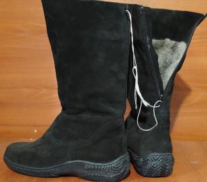 Сапоги женские, с замком сзади, на литой подошве, голенище - черный обувной спилок - велюр, союзка - черный обувной спилок - велюр, внутри - овчина. Размер 37 - 41. Оптовая цена 1600 рублей